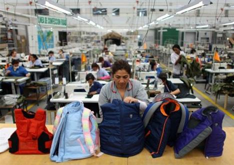 (Έλεγχος στα παιδικά αλεξίσφαιρα γιλέκα στην εταιρεία «Miguel Caballero», την Πέμπτη 3 Ιανουαρίου 2013. (Φωτογραφία: William Fernando Martinez / AP)
