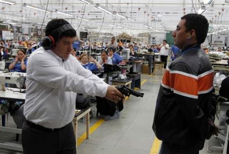 (Ο Miguel Caballero… δοκιμάζει την ποιότητα των αλεξίσφαιρων γιλέκων της εταιρείας του. (Φωτογραφία: John Vizcaino / Reuters)