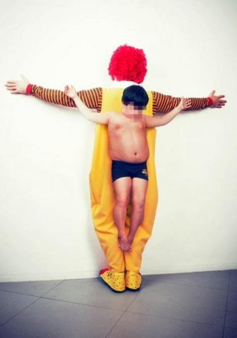 Αναφέρεται στην παχυσαρκία, κατηγορώντας τις μεγάλες εταιρείες fast food