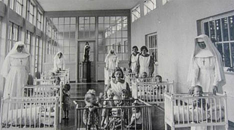 Οι μοναχές με τα παιδιά στο ορφανοτροφείο