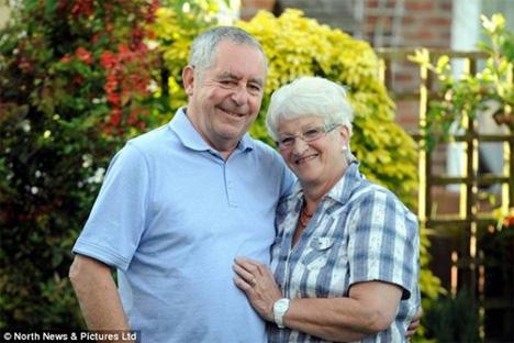 Οι ανακουφισμένοι πλέον γονείς του John, που μπόρεσαν ξανά να νιώσουν την καρδιά του παιδιού τους να χτυπά