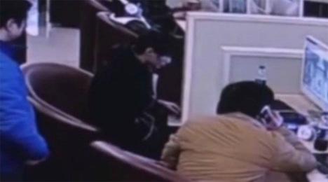 Το τραγικό συμβάν στο cafe της Σανγκάης κατέγραψε η κάμερα του καταστήματος