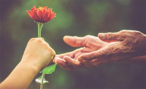 Η καλοσύνη κάνει καλό στην καρδιά και μειώνει το άγχος, σύμφωνα με την επιστήμη