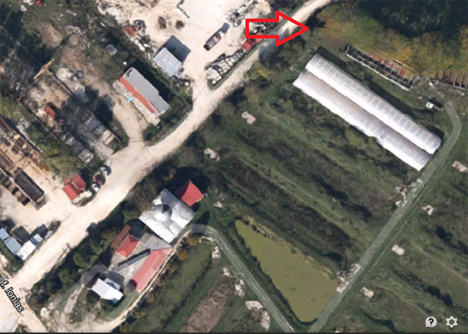 Στη φωτογραφία τονίζεται με το βέλος το μέρος όπου βρέθηκε το πτώμα του νεαρού, πολύ κοντά σε αγροτικές εγκαταστάσεις και σπίτια.