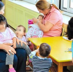 Τα σπιτάκια του «Μητέρα» δεν αδειάζουν ποτέ. Σε κάθε ένα από τα έξι περίπτερα φιλοξενούνται 13 παιδιά, τα οποία φροντίζουν δύο βρεφοκόμοι ανά βάρδια, καθ' όλη τη διάρκεια του 24ώρου