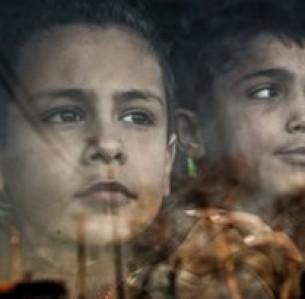 Ο Mohammed Adlani (αριστερά), 8, και ο Mohammed Chami, 11, παίρνουν το λεωφορείο για το σχολείο από το Ορφανοτροφείο Ισλαμικής Φιλανθρωπικής Οργάνωσης στη Χομς. Έχουν χάσει τους γονείς τους εξαιτίας του πολέμου στη Συρία.