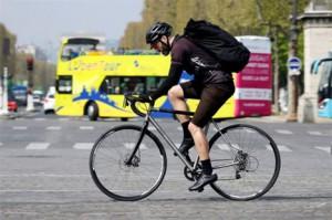 Ποδηλάτης διανομέας αγαθών στο Παρίσι. Η περιστασιακή απασχόληση προτιμάται από πολλούς νέους καθώς τη θεωρούν - εσφαλμένα - προσωρινή