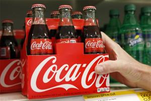 Η «Le Monde» υπενθυμίζει ότι ένα κουτάκι Coca-Cola περιέχει το αντίστοιχο επτά κύβων ζάχαρης