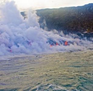 Λάβα χύνεται στη θάλασσα στη Χαβάη  SHUTTERSTOCK