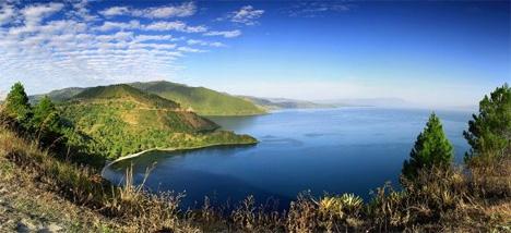 Η λίμνη Τόμπα στη Σουμάτρα της Ινδονησίας  SHUTTERSTOCK