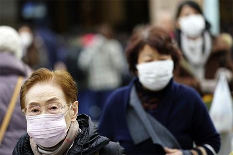 Περαστικοί με μάσκες στο Τόκιο μετά από θετικά κρούσματα στον νέο κορονοϊό  AP
