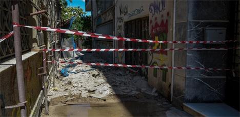 Φθορές σε παλιά κτίρια στην Αθήνα μετά από σεισμό/Eurokinissi