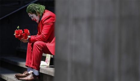 Καλλιτέχνης του δρόμου σε απόγνωση την εποχή του κορονοϊού  AP