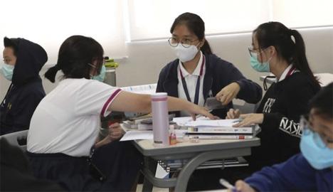 Μαθήτριες με μάσκες.  AP