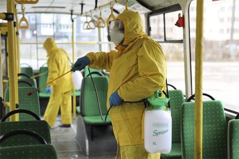 Απολύμανση σε λεωφορείο.  AP