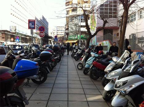 Οι συστάσεις για κοινωνική αποστασιοποίηση ανέδειξαν ένα υπαρκτό εδώ και καιρό πρόβλημα, ότι τα περισσότερα πεζοδρόμια απλούστατα δεν είναι αρκετά πλατιά για εύκολη χρήση από τους ανθρώπους