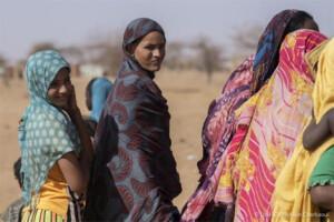 Πρόσφυγες από το Μάλι σε ένα σημείο διανομής ανθρωπιστικής βοήθειας στον καταυλισμό Goudoubo στη Μπουρκίνα Φάσο. 3 Φεβρουαρίου 2020. © UNHCR/Sylvain Cherkaoui