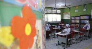 Μαθητές κρατούν αποστάσεις κατά τη διάρκεια του μαθήματος στην Τζακάρτα της Ινδονησίας.   AP Photo/Achmad Ibrahim