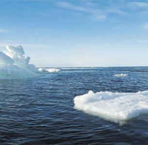 Oι θαλάσσιοι πάγοι της Αρκτικής βρίσκονταν καθ' όλη τη διάρκεια του έτους στα χαμηλότερα επίπεδα των τελευταίων δεκαετιών. Μόνο η Γροιλανδία έχασε εφέτος 152 δισ. τόνους πάγου (φωτ. REUTERS).
