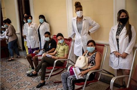 Εθελοντές περιμένουν τον έλεγχο από το νοσηλευτικό προσωπικό μετά τον εμβολιασμό τους, στην Αβάνα (φωτογραφία Ramon Espinosa/AP)