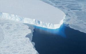 Στην εικόνα ένα μέρος του παγετώνα Thwaites που λιώνει εξαιτίας πολλών όπως φαίνεται παραγόντων και ο πλανήτης απειλείται με τεράστια καταστροφή. - NASA